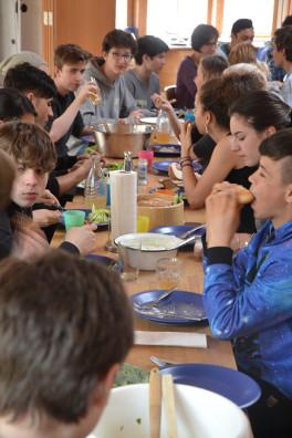 Die große Tafel beim gemeinsamen Mittagessen